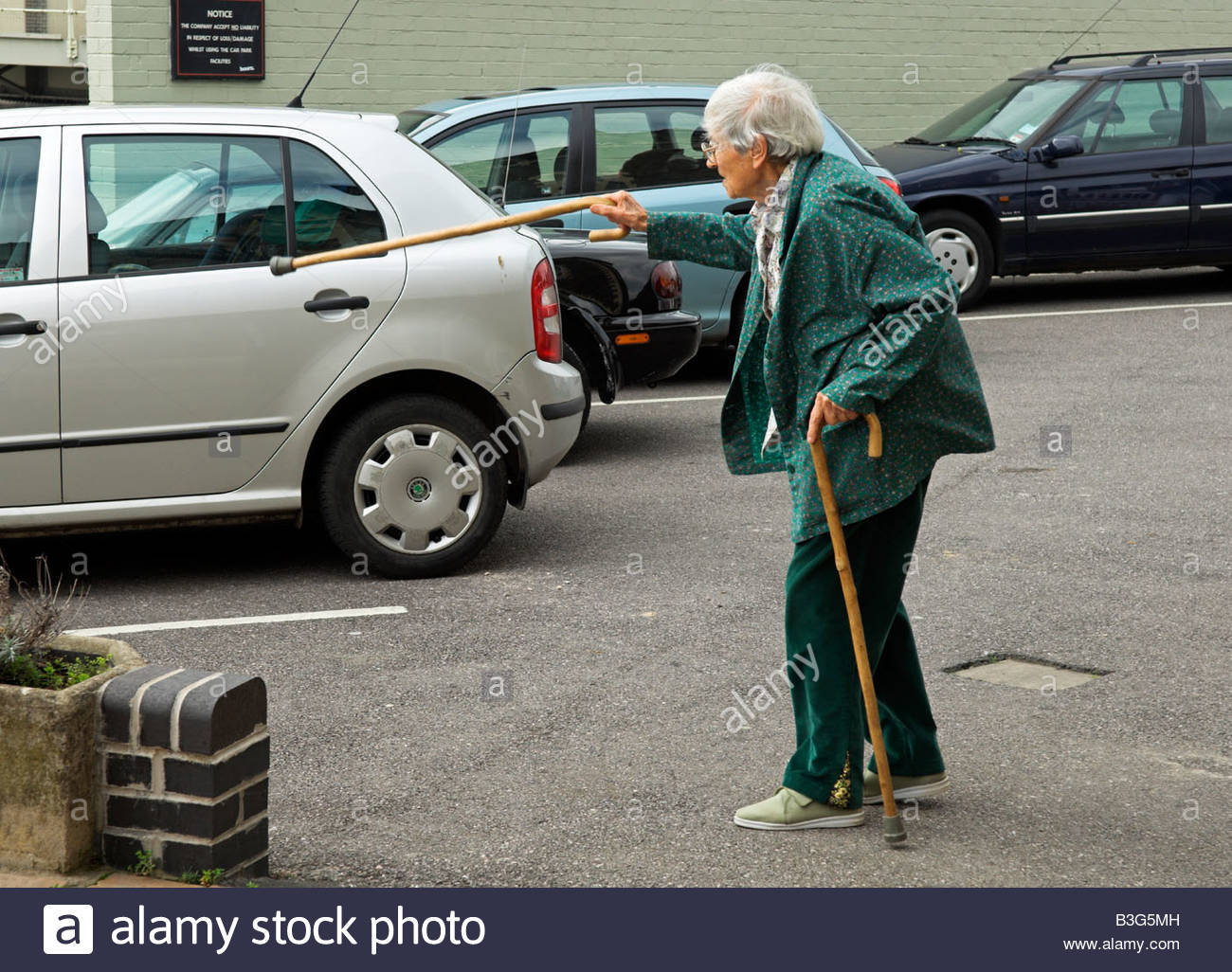 active-elderly-english-92-year-old-woman-walking-in-car-park-with-B3G5MH.jpg