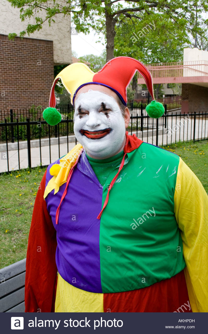 happy-court-jester-clown-ready-to-march-in-the-parade-mayday-parade-AKHPDH.jpg